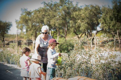 Mit Wanda frische Gojibeeren für den Salat sammeln