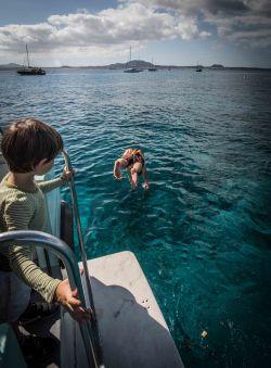 Papa springt vom Boot