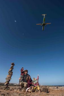 Steinturm und Flugzeuge beobachten