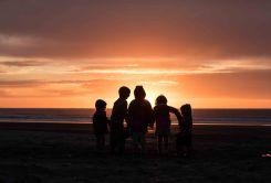 Kindertanz in den Sonnenuntergang